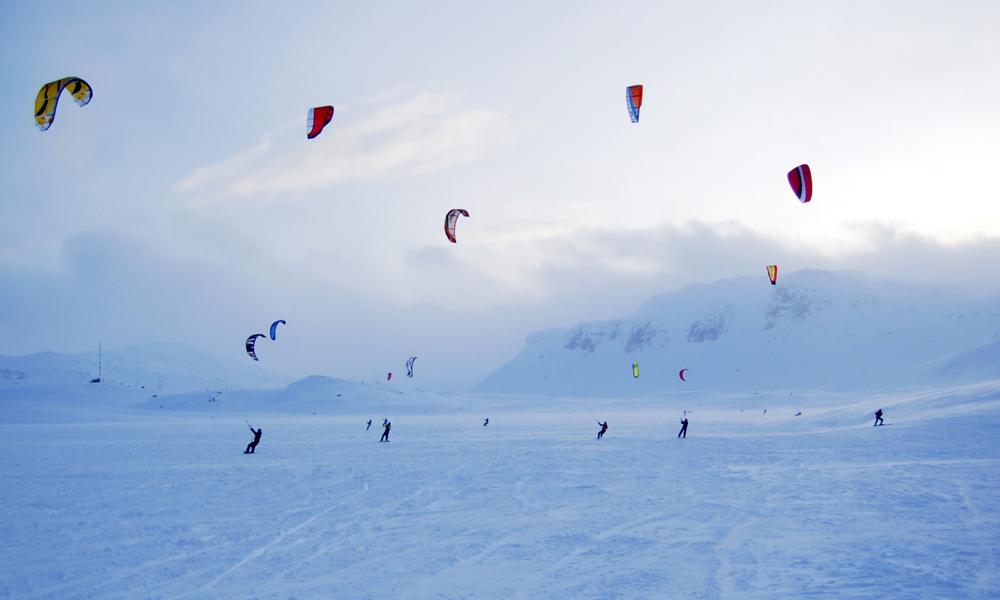Rett utenfor Haukeliseter ligger Ståvatn, et eldorado for kitesurfere enten man er nybegyner eller profesjonell. Foto: Haukeliseter Fjellstue