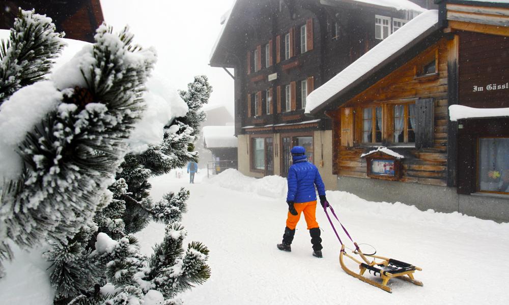 I sentrum av Murren skjer transport på kjelke eller ski – og til fots. Dette er bilfri idyll, og som tatt fra en drøm om gode, gamledager i Alpene. Foto: Runar Larsen