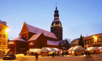 Juledekorasjonene og de stemningsfulle fasadene i Riga gjør byturen til en nytelse. Foto: Riga Tourism Development Bureau