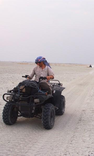 Quadskjøring ut i saltørkenen –morro og befriende. Foto: Torild Moland