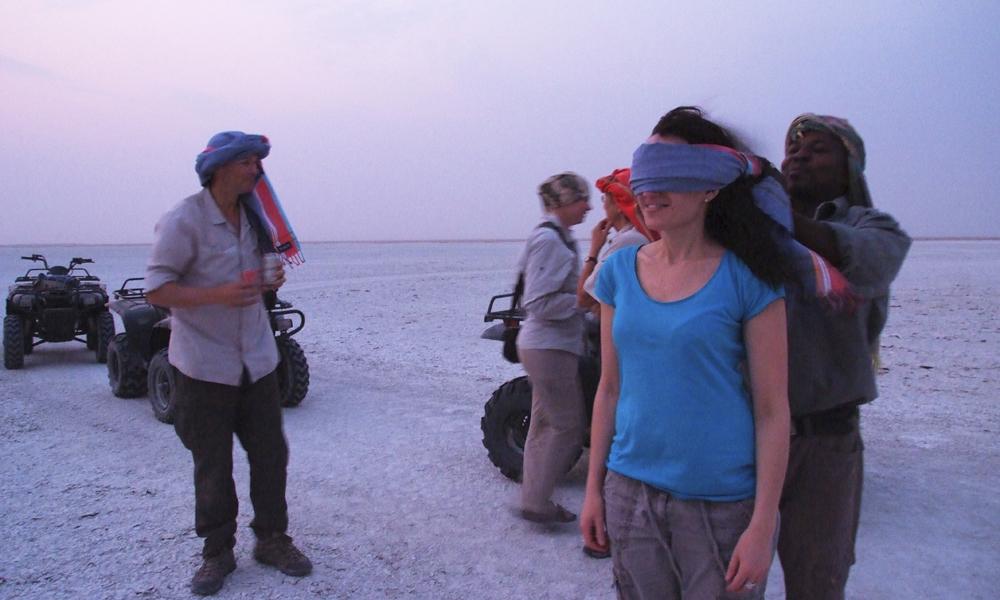Med bind for øynene består ingen av oss testen – det er umulig å gå rett uten en referanse. Foto: Torild Moland