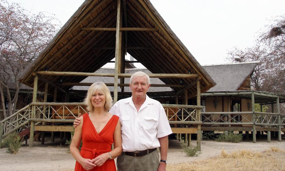 Gerard og Annelize Slabbert drømte om å eie en bit av Afrika, og har bygget opp Deception Valley Lodge i Kalahariørkenen. Foto: Torild Moland