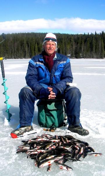 isfiske er en koselig aktivitet hele vinteren. kanskje får du en skikkelig storrugg på kroken? Foto: Gjerfloen fluefiske