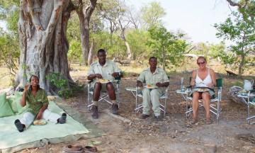 Ingen mat smaker så godt som den som inntas i skyggen av et akasietre, med flodhester og elefanter som nærmeste naboer. Foto: Ronny Frimann