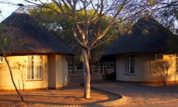 Overnattingsstedene inne i Krugerparken varierer fra telt til megaluksus – og slike hytter, som er et sted midt imellom. All overnatting foregår i inngjerdede områder. Foto: Torild Moland