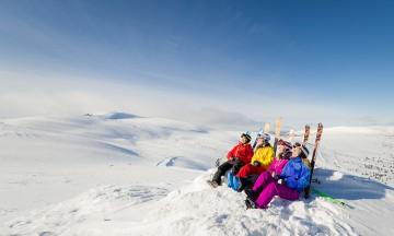 Sitt helt stille Ta på skiene, ta heisen til toppen av bekkene – og sett dere boms ned! Utsikten fra toppen av Trysilfjellet er formidabel, med vidder og topper i alle retninger. Når sola begynner å varme i mars, er det ingen grunn til å gå for langt. I Norge er det også lov til å brenne bål utendørs om vinteren, så ta med ved, pølser og litt ekstra og dagen er reddet. Foto: Destinasjon Trysil