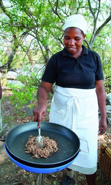 Kokk Tamare Zimona i full gang med å lage seswaa. Foto: Ronny Frimann