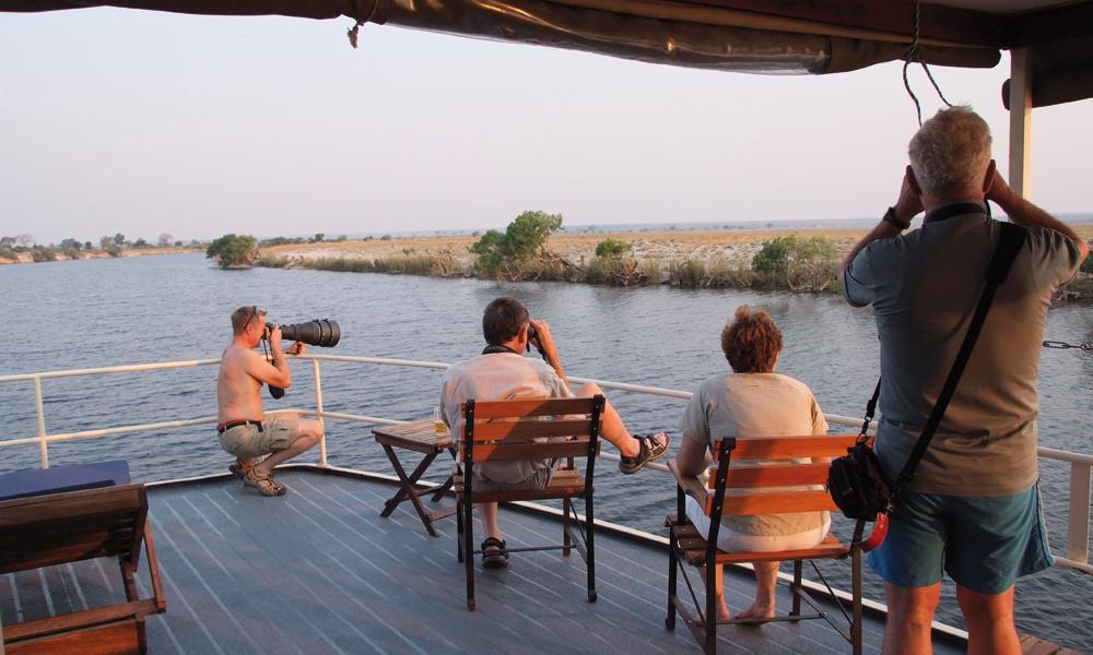 Som en snegle seiler vi nedover Chobe-elven, mens dyrelivet passerer i sakte film. Foto: Torild Moland
