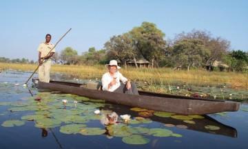 Safari på den gammeldagse måten er en fredelig opplevelse, der bare vannlinjer og papyrus bryter den stille overflaten. Helt til flodhestene dukker opp. Foto: Ronny Frimann