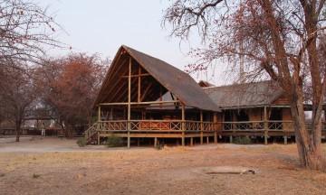 Midt inne i det private reservatet, tre timer fra nærmeste landsby, ligger vakre Deception Valley Lodge. Foto: Torild Moland