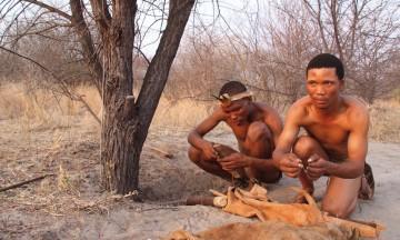 Sanguidene Xuma og Xate går, står og snakker fortsatt som ekte san. Men de er av stadig færre som kjenner sin egen kultur. Foto: Torild Moland