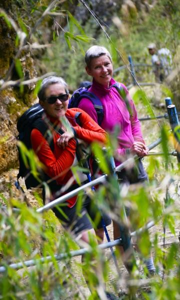 Det var ikke langt mellom smilene til turfølget på turen. Her ved ekteparet Gro Dalen og Heidi Hansen. Foto: Mari Bareksten