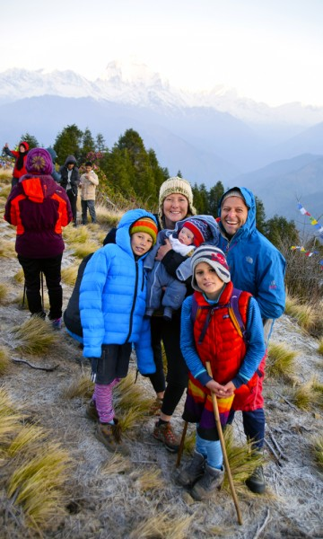 Familien Richter fra Australia har lenge hatt en drøm om Annapurna, og koser seg på toppen av poon Hill. Foto: Mari Bareksten