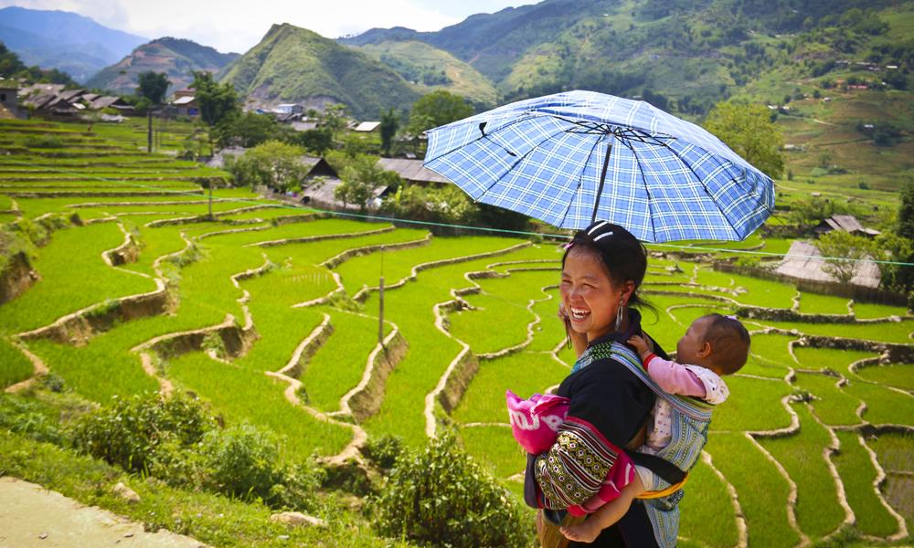 Zue tar oss med på en todagers vandring til sin egen landsby, underveis møter vi bare hyggelige lokale, Foto: Preben Danielsen