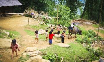Vi blir tatt imot med åpne armer i Zues landsby, og møter bare vennlighet blant de lokale. Foto: Preben Danielsen