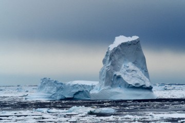 Båttur mellom isfjellene. Foto: Ann Kristin Balto