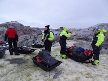 Leiren er pakket sammen, og sledene med utstyret er slept ned til stranda. Amundsennatta er over. Foto: Ann Kristin Balto