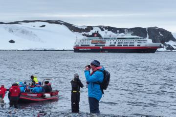 Første landhugg i Antarktis: Half Moon Island. Foto: Ann Kristin Balto