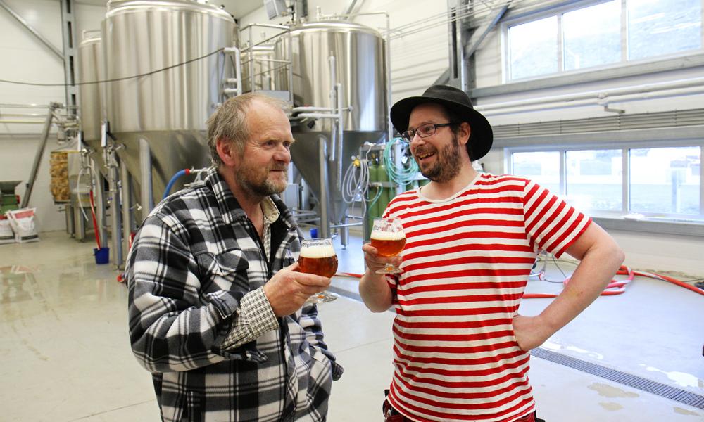 Robert Johansen og Andreas Hegermann Riis er strålende fornøyd med at håndbryggeriet endelig er i gang. Foto: Runar Larsen