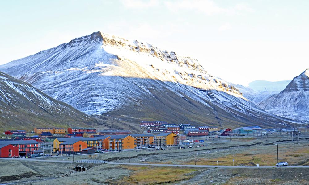 Det bor i overkant av 2000 mennesker i Longyearbyen, hvor gruvedrift har vært den største arbeidsplassen. Nå ser stadig flere fastboende mot alternative inntektskilder, og turisme er viktigere enn noen gang. Foto: Runar Larsen
