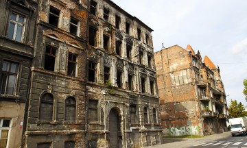 Store deler av Wroclaw ble bombet sønder og sammen under andre verdenskrig. Mye er bygget opp igjen – men ikke alt. Bydelen Nadodrze var kulisser under innspillingen av Steven Spielbergs «Bridge of Spies», som stand-in for etterkrigstidens Øst-Berlin. Foto: Runar Larsen