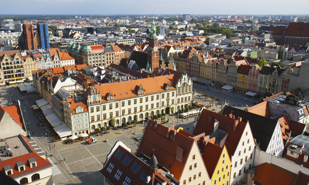 Fra grå og trist til fargerik og livlig. Wroclaw har gjennomgått store forandringer de siste tiårene. Her fra utsikten fra Elisabeth-kirkens tårn. Foto: Runar Larsen