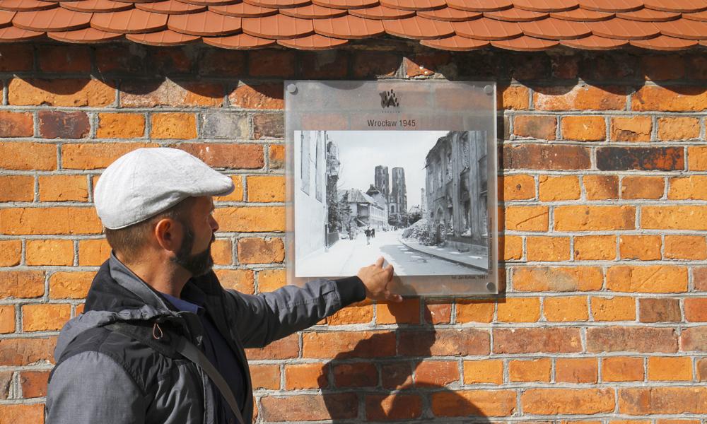 Wojchiech Zalewski mener det gamle bildet av Wroclaw anno 1945 er svært interessant. Foto: Runar Larsen