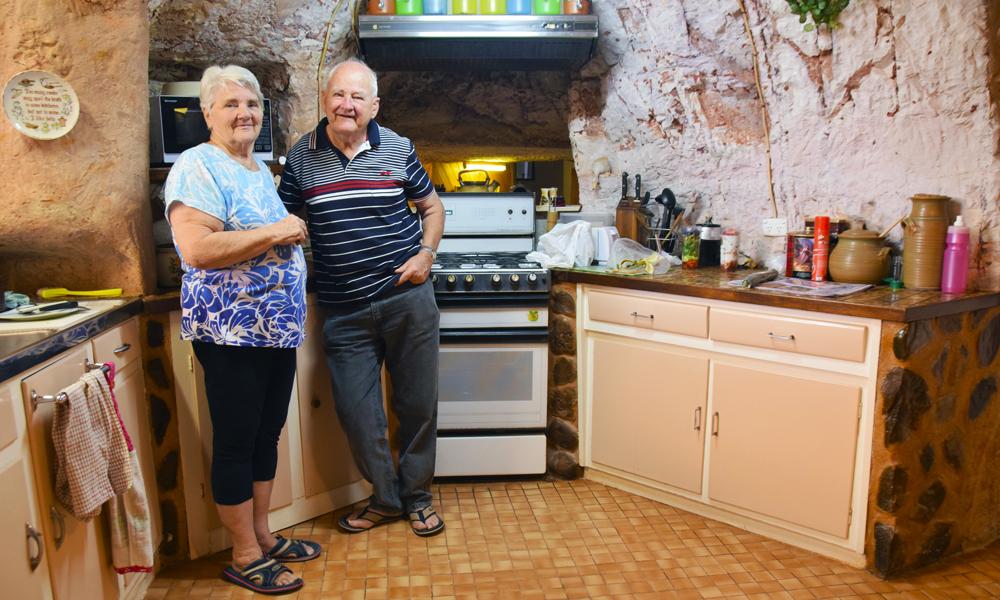 Ekteparet June og Colin Mclane skulle prøve å bo under jorden i fire måneder, men trivdes så godt at de nå har vært der i 11. Foto: Mari Bareksten