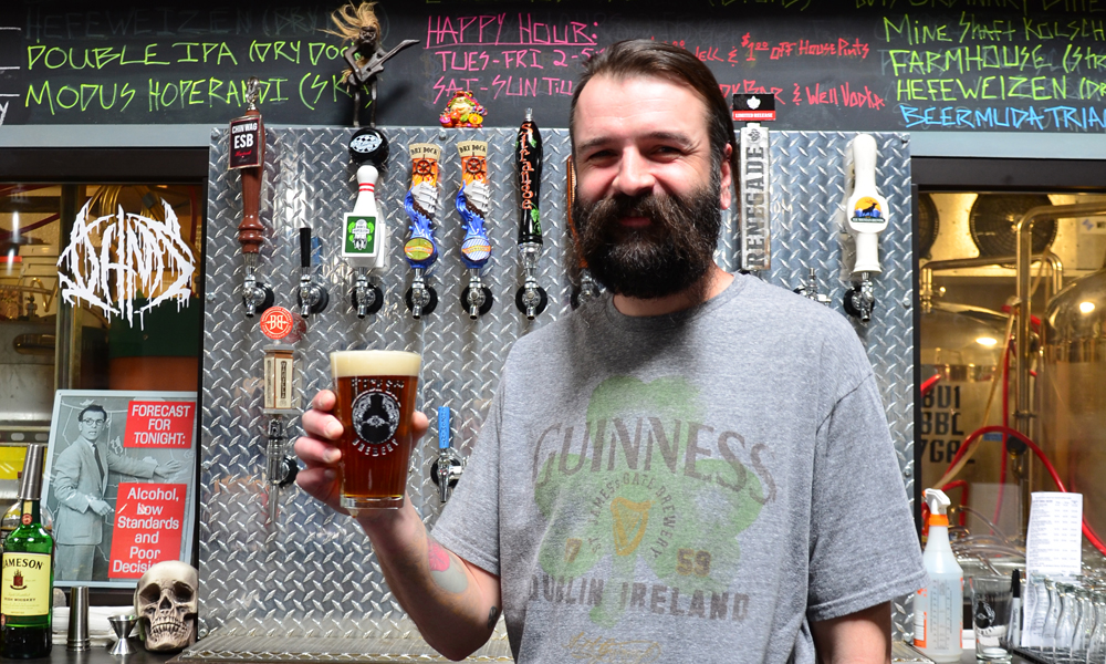 Mikrobryggeriet Black Sky Brewery er inspirert av heavy metal og ølet er navngitt i rockens ånd – noe bartenderen Slava Mikhailov synes er helt perfekt. Foto: Mari Bareksten