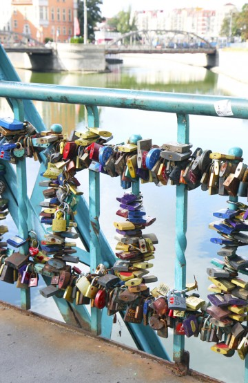 Fargerike hengelåser er attraksjonen ved Tumski-broen. Foto: Runar Larsen