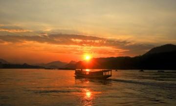 Og opplevelsene står i tur i Vietnam og Laos: et cruise på mektige Mekong, spennende landsbybesøk, templer og fotturer. Og ikke minst mye god mat!