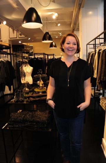 Karin Mattson er sikker på at hun aldri i livet ville ha plukket ut den blålilla skjorta selv, men er glad Sanni Lundberg fikk hun til å prøve noe nytt. Foto: Torild Moland