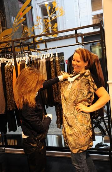 –Det gjelder å finne hva som passer kunden sin stil, sier Sanni, som understreker at jobben hennes er å få frem kunden gjennom klærne. Foto: Torild Moland