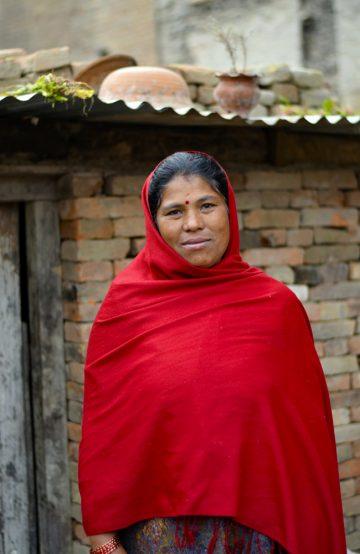 Laxmi Shova Banmala (37) brukte fire timer på å grave ut sin døde 17-år gamle sønn, og har i dag bygd seg en liten provisorisk hytte av mursteinene som kom hele fra jordskjelvet. Foto: Mari Bareksten