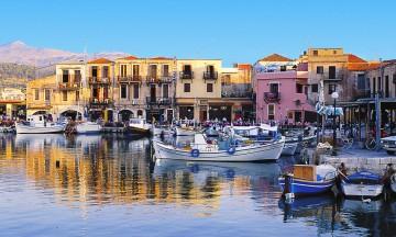 Både Chania og Rethymnon (bildet) er to koselige byer på nordsiden av øya. I høysesong er det mye turister her, men vår og sommer er det roligere. Foto: Star Tour