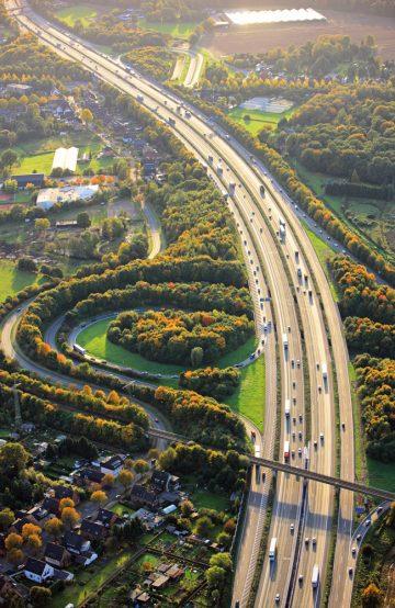 Det går fort nedover Autobahn – men det kan også være fint å ta småveiene innimellom. Foto: Jochen Knobloch