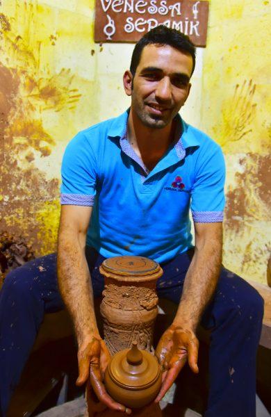 Hos Vanesa Seramik produseres eldgamle vinkarafler med smultringsform, for at solen skal kunne skinne gjennom hullet og velsigne vinen.