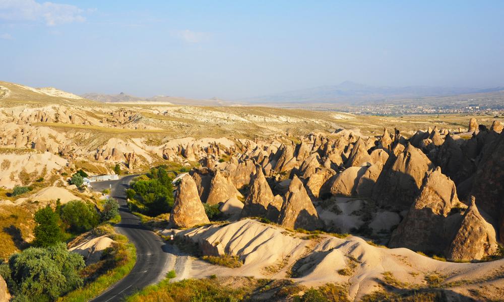 Kappadokias unike daler med soppformede steinspir er laget av vulkanutbrudd for flere millioner år siden. Foto: Ronny Frimann
