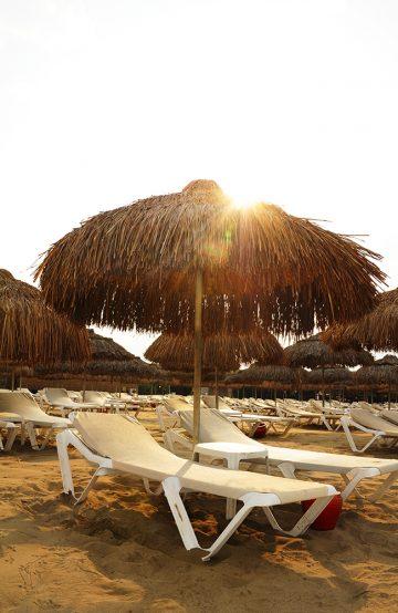 Luksuriøse 4- og 5-stjerners resorter ligger på rekke og rad langs den halvannen mil lange stranden. Foto: Torild Moland