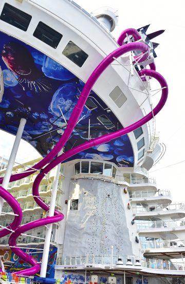 Skipet har også fått plass til verdens lengste sklie til havs – den 70 meter lange lilla The Abyss. Foto: Ronny Frimann
