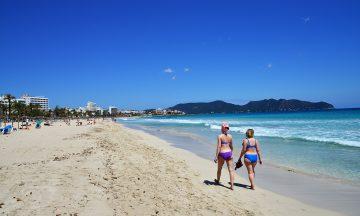 Stranden i Cala Millor er lang og fin, og her ligger også en lang rekke av femstjerners hotell. Foto: Torild Moland