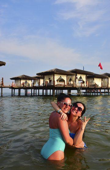 Ukrainske Aliya Bausheva og Polina Belova har bare fem dager ferie, men sørger for å få mest ut av dem. Ellers er det få ukrainere og russere på luksushotellene. Foto: Torild Moland