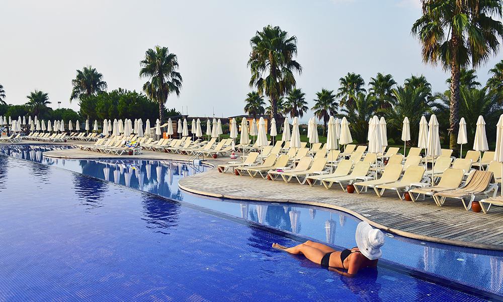 Totalt er det hele 60 femstjerners resorter i Belek, de fleste all inclusive. Her fra bassenget til Voyage Belek Golf & Spa. Foto: Ronny Frimann