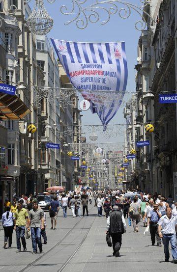 Istanbuls hovedgate İstiklal Caddesi (Uavhengighetsgaten) er vanligvis så full av mennesker at man nesten ikke kommer fram. Foto: Torild Moland