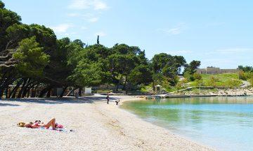 Donja Luka-stranden i Makarska har ikke silkemyk sand, men kan skilte med krystallklart, turkist vann og deilige badetemperaturer. Foto: Ida Anett Danielsen