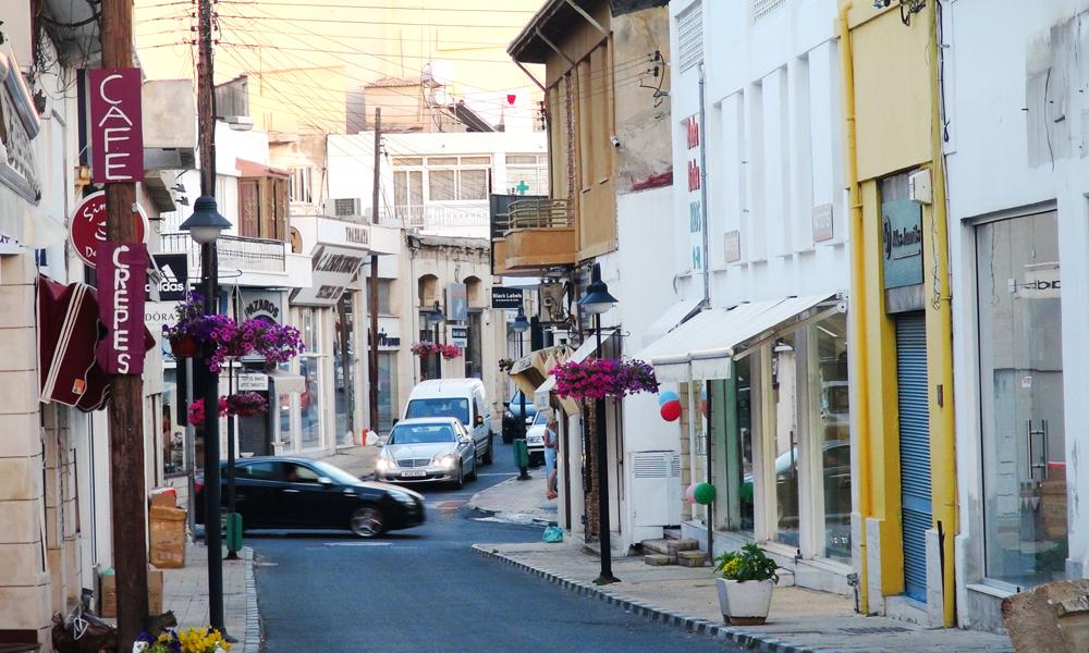 Pafos er løselig delt inn i nye og gamle Pafos, eller øvre og nedre bykjerne, der turistområdet ligger nede ved havna og et mer levende bysentrum ligger tre kilometer opp i høyden. Foto: Torild Moland