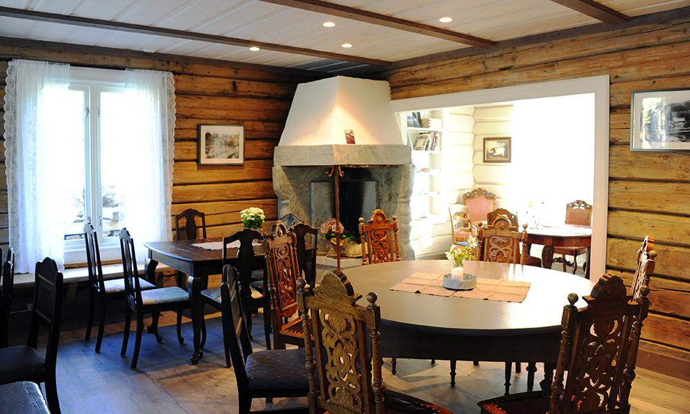 Ingenting er tilfeldig på Billingen Seterpensjonat – alle møbler er gamle og stort sett lokale, kjøpt på auksjon i Skjåk eller arva av den lokale presten. Foto: Torild Moland