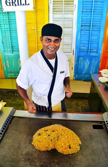Maten på Centara er himmelsk – kokken Sarath Edirisinghe i Reef Restaurant frister med både fritert scampi og tradisjonell teppanyaki. Foto: Torild Moland