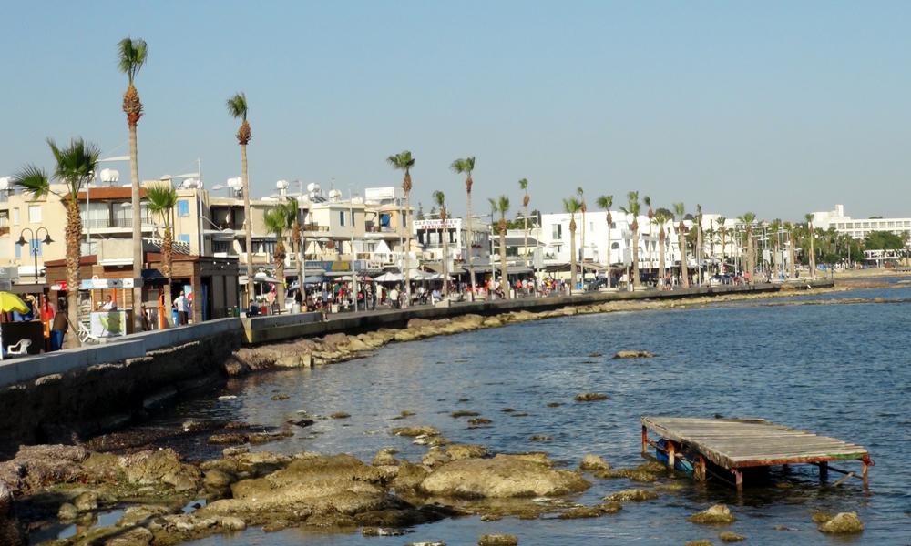 De fleste turister holder seg i den delen av Pafos som ligger nede ved sjøen. Her er det masse koselige restauranter og tilbud døgnet rundt, og enda mer vil skje i 2017 når Pafos er Europeisk kulturhovedstad. Foto: Torild Moland