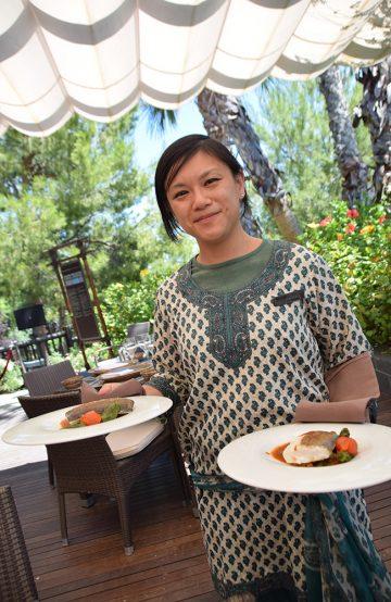 Restauranten Palapa henter sin inspirasjon fra havet utenfor. Karina Ly serverer oss en lettsaltet torsk med tomatsaus. Foto: Mari Bareksten